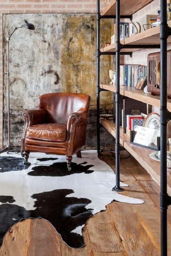 27. Estante de livros para decoração de sala rústica com poltrona de couro – Foto: Casa de Valentina