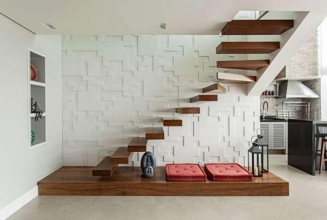 88. Revestimento 3D e escada de madeira flutuante. Fonte: Karina Korn