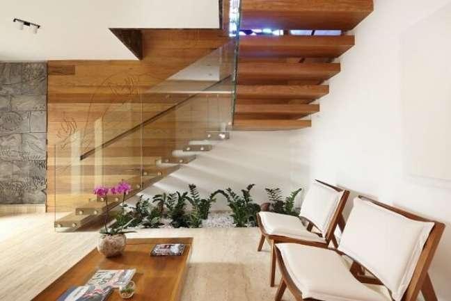 66. Cultive um jardim de inverno embaixo da escada de madeira. Fonte: Studio BR