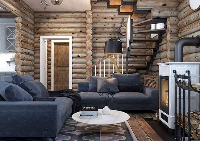40. Paredes de madeira para decoração de sala rústica com lareira – Foto: Behance