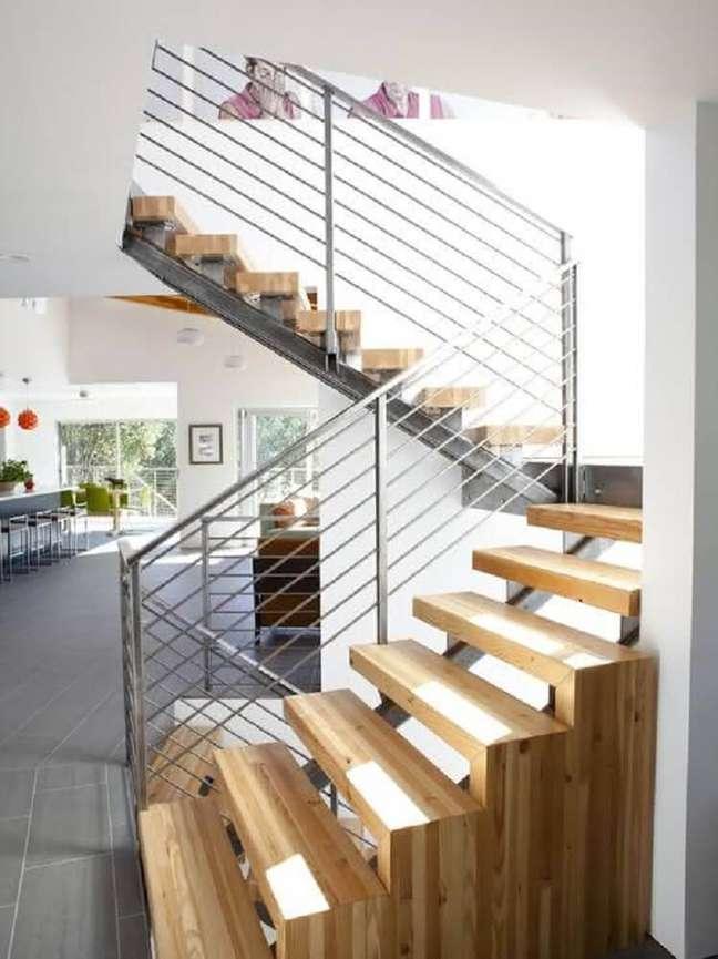 7. Corrimão de vidro e inox são garantia de modernidade para a escada de madeira simples. Fonte: Tudo Construção