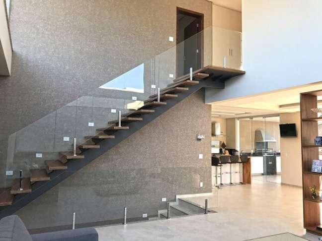71. Escada com degraus de madeira e guarda corpo de vidro. Fonte: Ilha Arquitetura