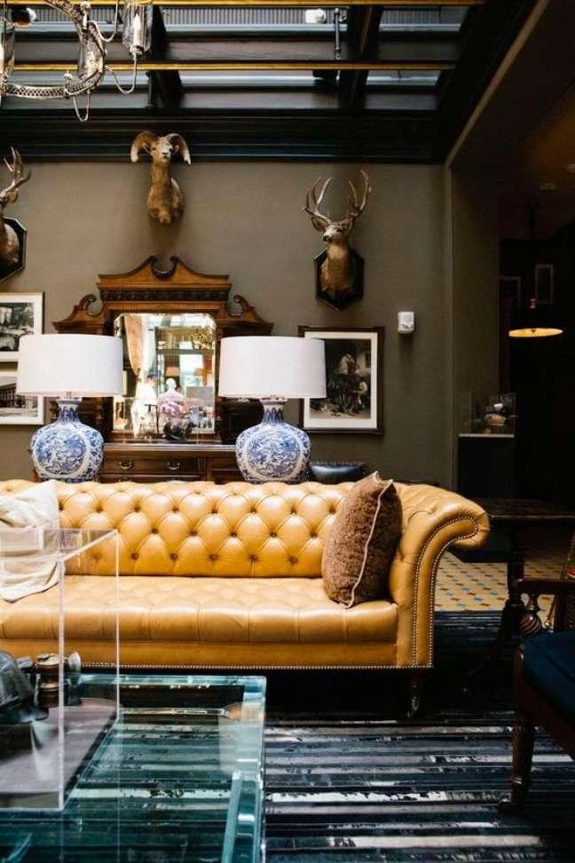 14. Sofá chesterfield amarelo na sala clássica – Via: Sweling Decor