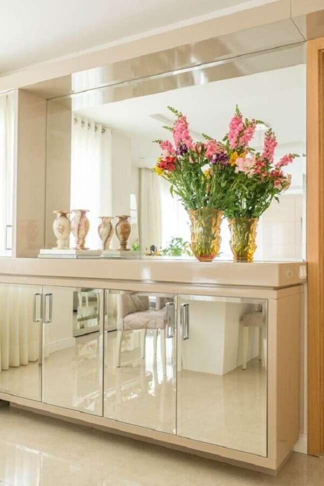 33. Decoração sofisticada em cores neutras para sala de jantar com buffet espelhado – Foto: Studio Bene Arquitetura