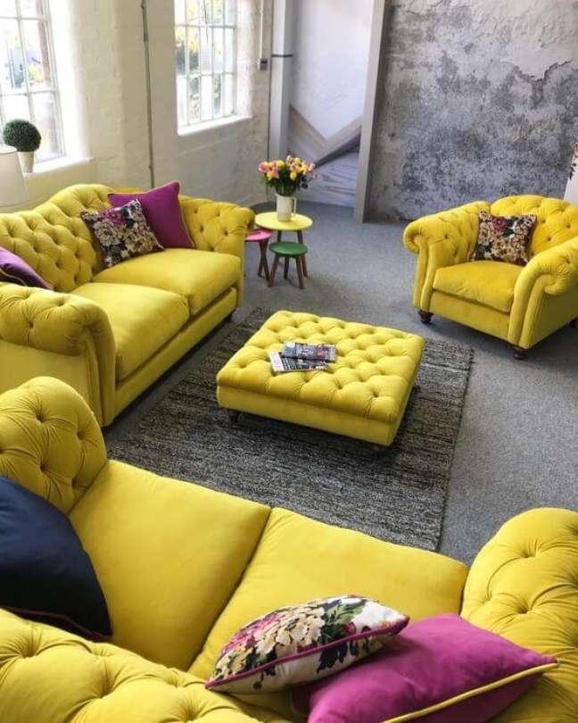 13. Sofá chesterfield amarelo com almofada roxa – Via: Sweet Home Luxury Furniture