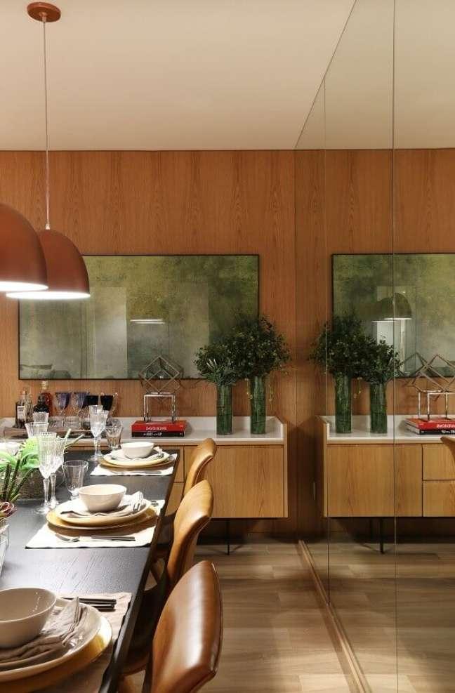 57. Vaso de vidro para decoração de sala de jantar com buffet e parede de madeira – Foto: Arquiteta Fernanda Marques