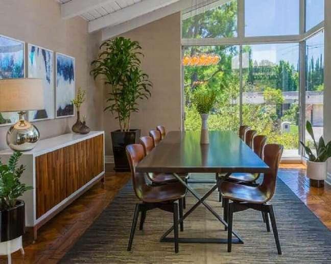58. Vasos de plantas para decoração de sala de jantar com buffet branco com madeira – Foto: Decor Fácil