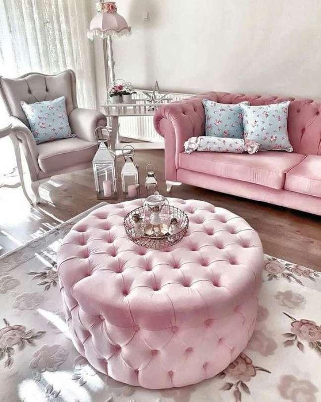 28. O puff capitonê também é uma ótima maneira de decorar com o sofá – Via: MBasaglia