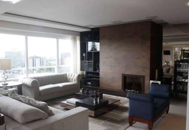 56. Decoração de sala de estar com sofá chesterfield – Via: Leonardo Muller