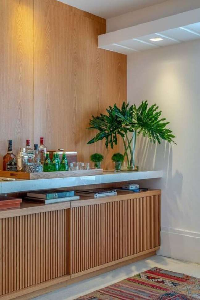 3. Como decorar buffet de sala de jantar com vasos de plantas e barzinho – Foto: Brise Arquitetura