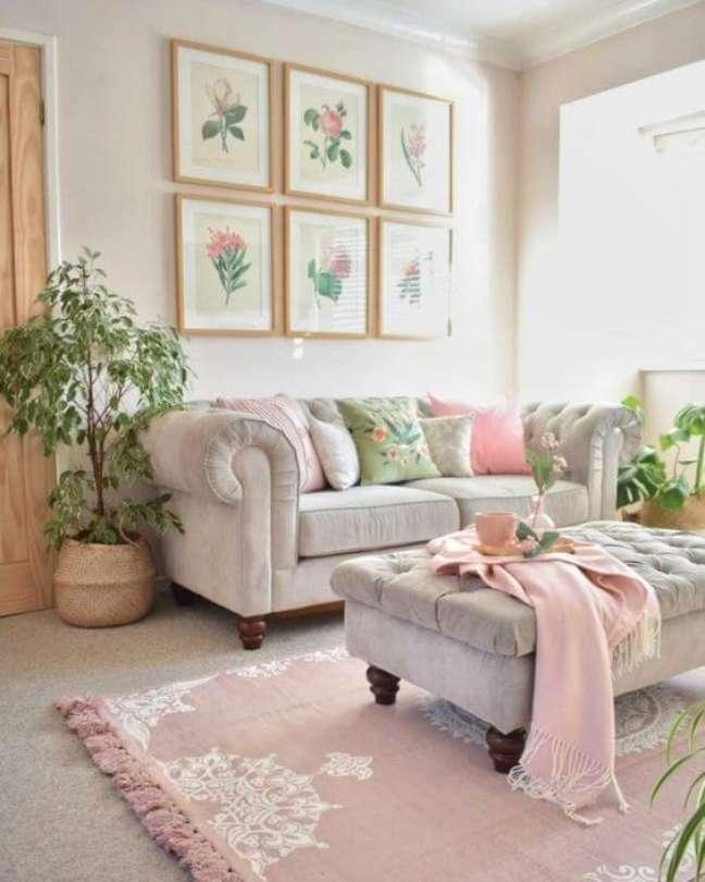 5. Sofá chesterfield usado na cor off white com detalhes cor de rosa – Via: Elle