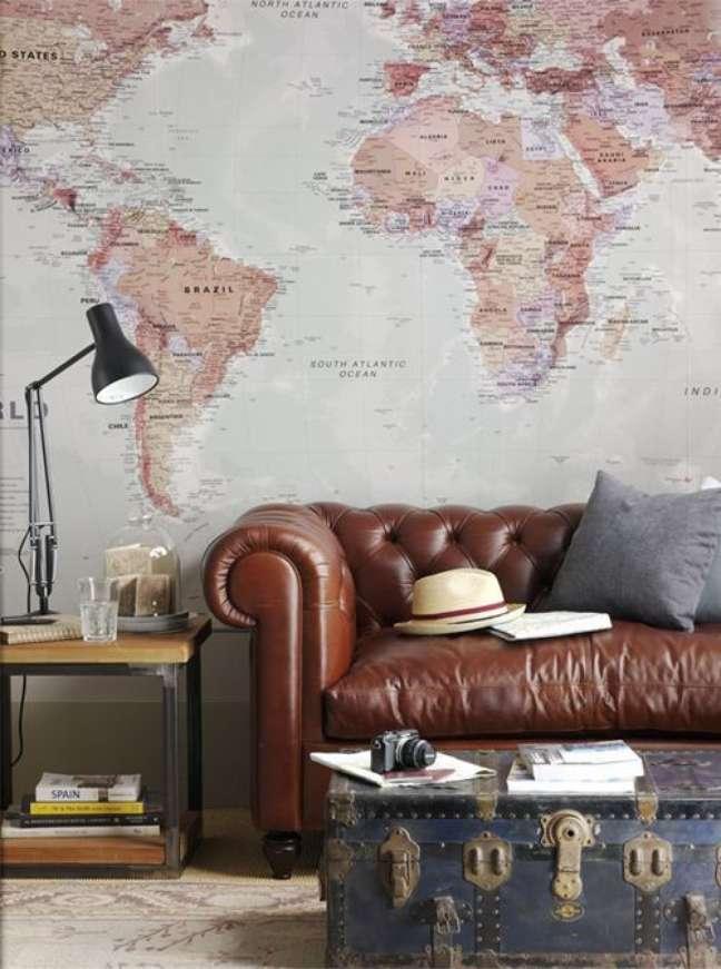 40. Sofá de couro com papel de parede combinando – Via: Casa Prosa Decor