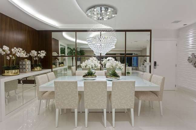 37. Lustre de cristal para decoração sofisticada de sala de jantar com buffet espelhado e revestimento 3D – Foto: Homify