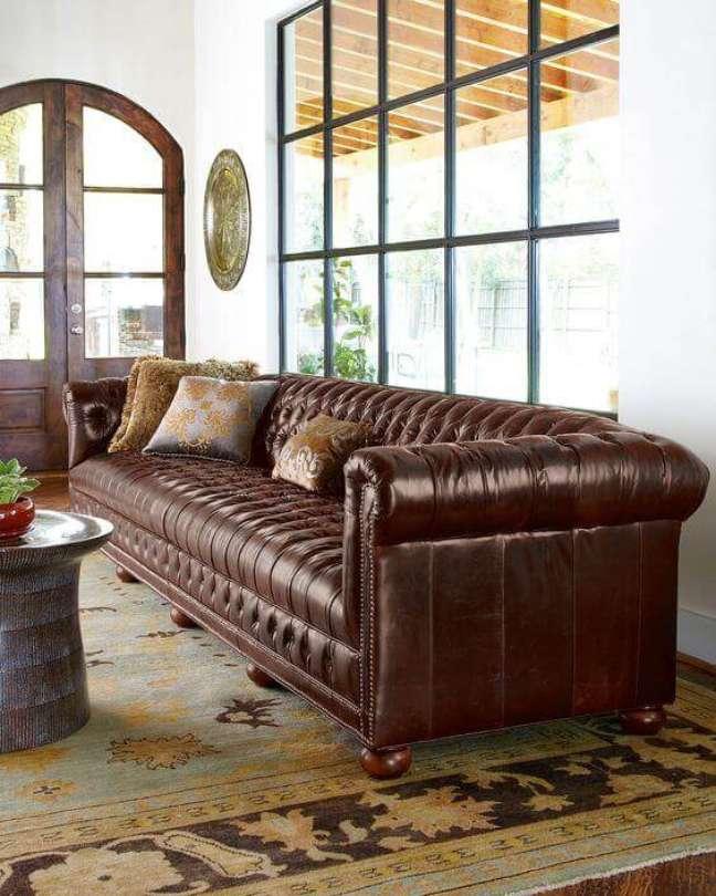 45. Sofá de couro marrom no modelo sofá chesterfield vintage – Via: Horchow