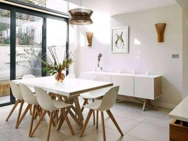 15. Decoração clean para sala de jantar com buffet e mesa branca – Foto: Homify