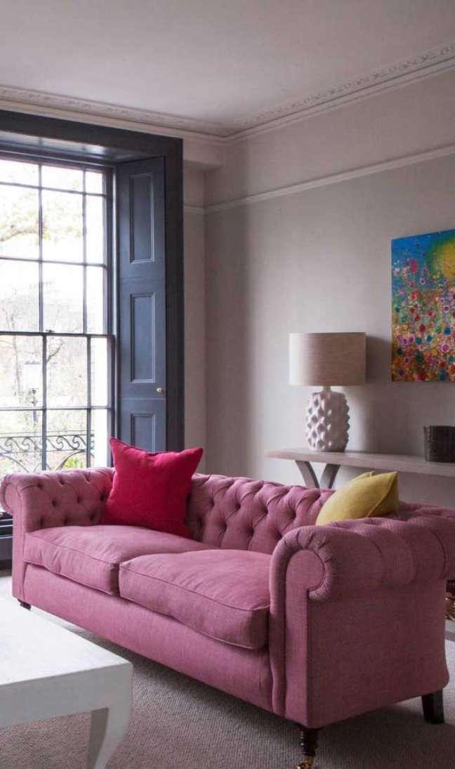 37. Sofá chesterfield rosa na casa moderna – Via: Fiona Andrews