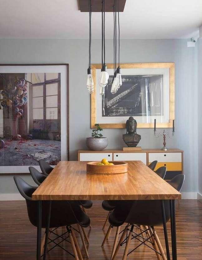 9. Buffet com gaveta para sala de jantar cinza decorada com mesa de madeira e luminária pendente – Foto: Rafaela Paoli