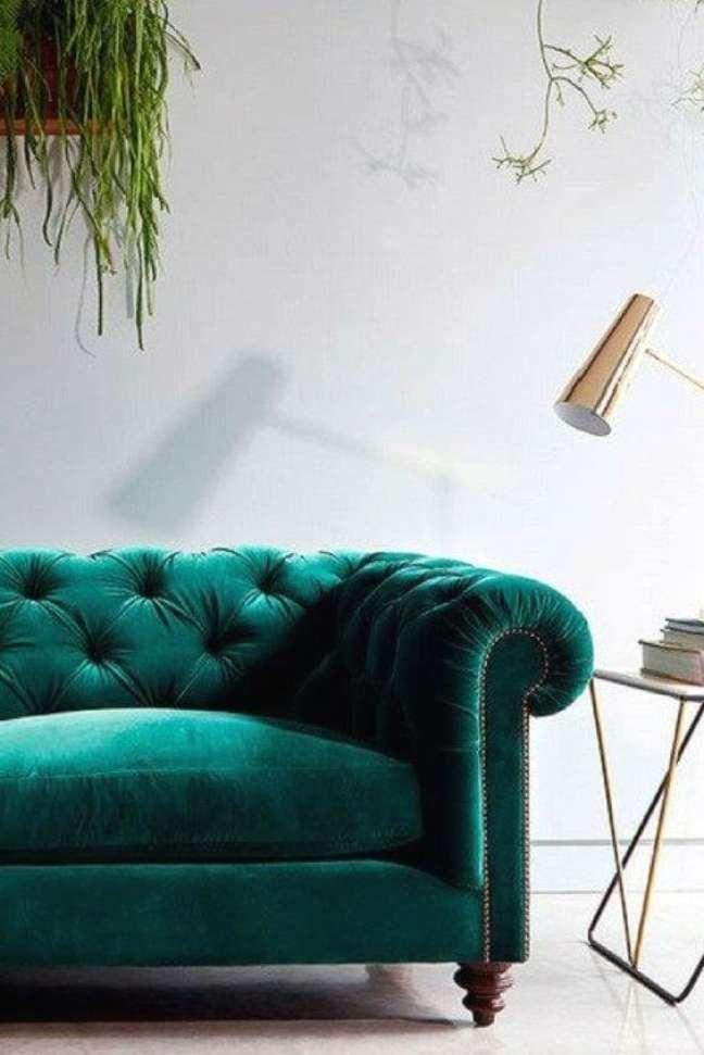 48. Sofá de veludo confortável na casa moderna – Via: M Jannet J