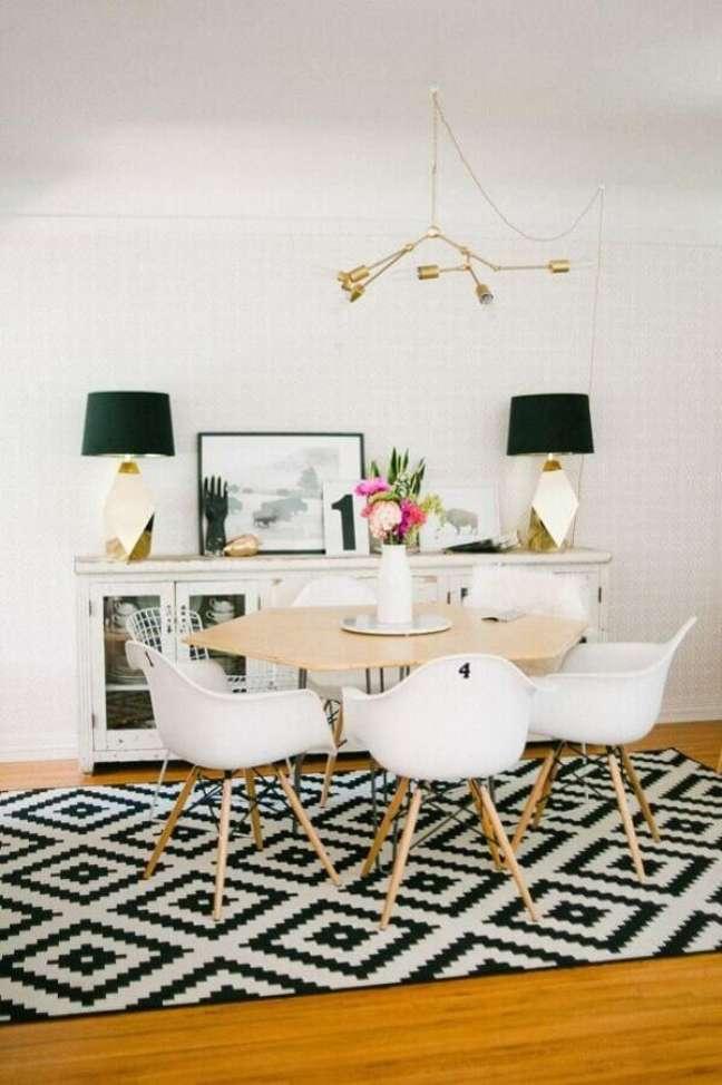 14. Decoração clean com tapete preto e branco para sala de jantar com buffet branco – Foto: Archidea