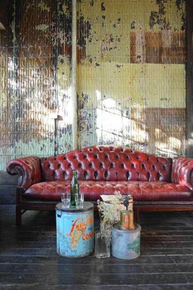 43. Sofá chesterfield de couro vermelho na sala de estar estilo industrial – Via: Covet House