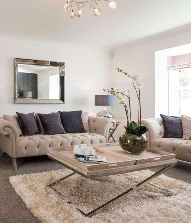 38. Sofá chesterfield na sala de estar com mesa de centro moderna – Via: Suzzanne Webster