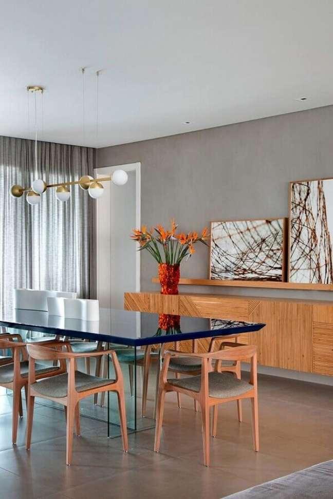 56. Vaso de flores para decoração moderna de sala de jantar com buffet de madeira e parede de cimento queimado – Foto: Melina Romano Interiores