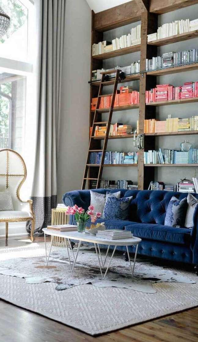 22. Sofá azul e confortável para sala moderna e colorida – Via: Houzz