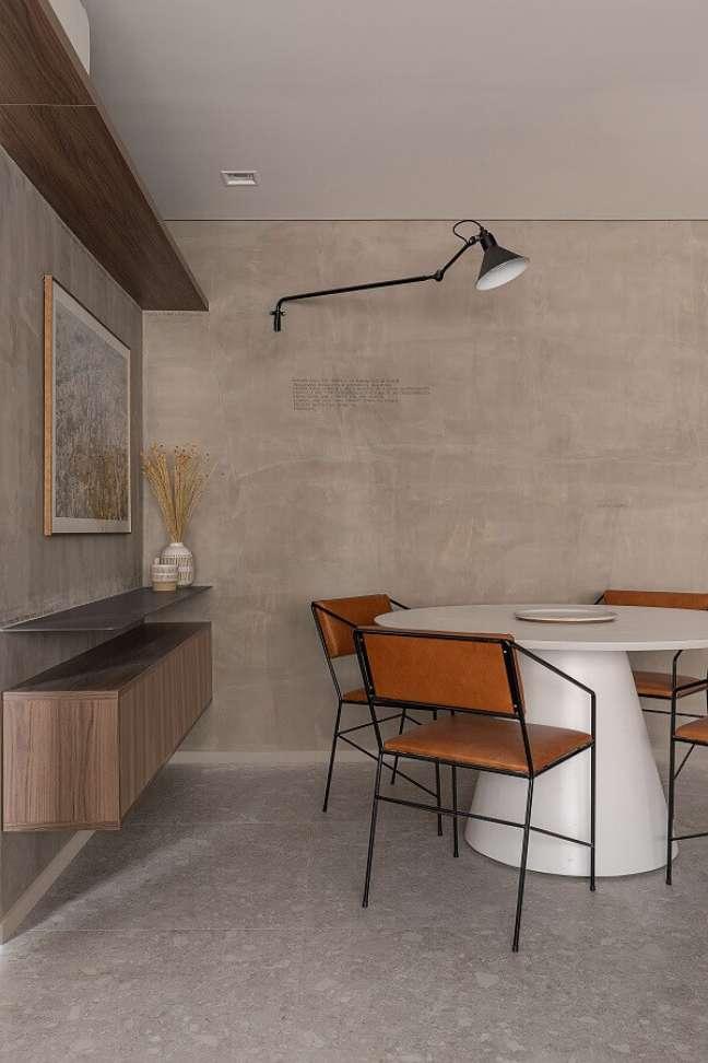 24. Decoração estilo industrial para sala de jantar com buffet suspenso e parede de cimento queimado – Foto: ArchDaily