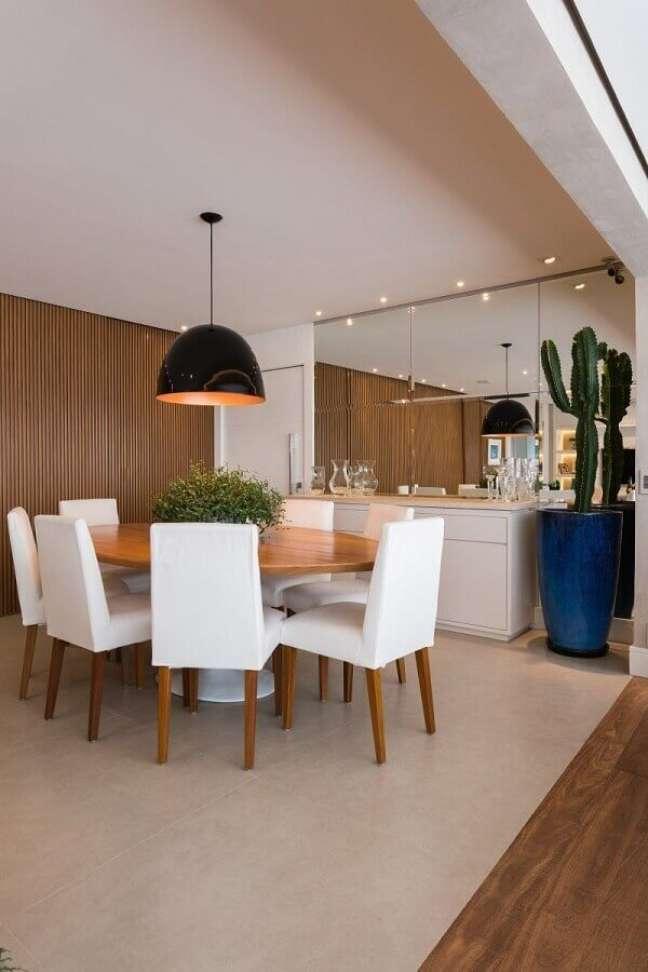 41. Painel ripado para decoração de sala de jantar com buffet branco e mesa redonda – Foto: KL Fotografia de Interiores