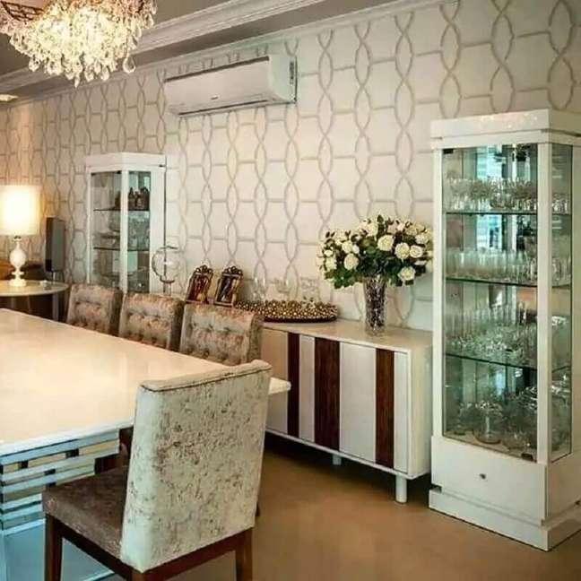 12. Cristaleira pequena para decoração de sala de jantar com buffet branco – Foto: Adriana Piva Arquitetura
