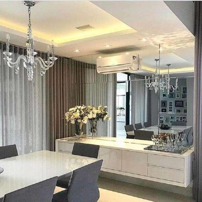 48. Parede espelhada para decoração de sala de jantar com buffet suspenso – Foto: Houzz