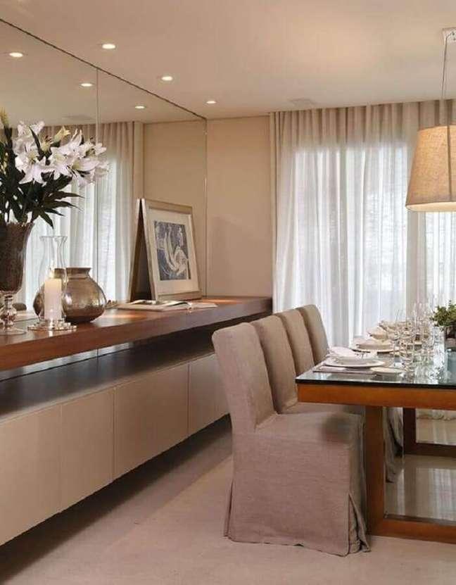 7. Cores neutras para decoração de sala de jantar com buffet planejado e parede espelhada – Foto: Homify
