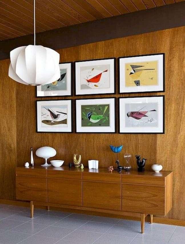 51. Quadros para decoração de sala de jantar com buffet de madeira e lustre moderno – Foto: Essential Home