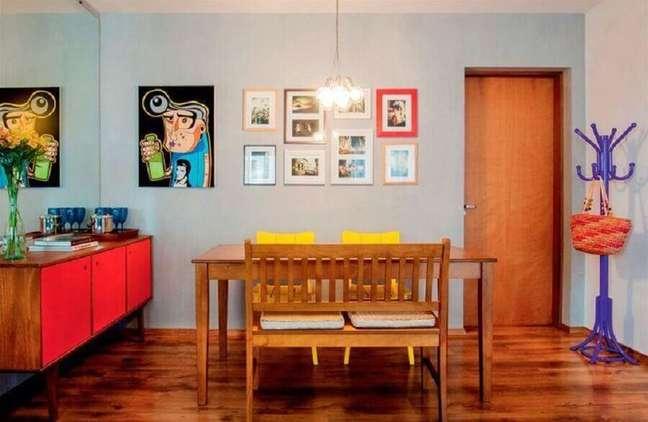 31. Decoração simples para sala de jantar com buffet retro com portas vermelhas – Foto: Decor Fácil