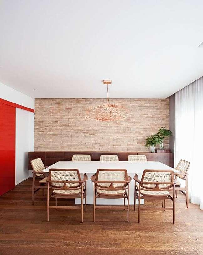 45. Parede de tijolinho para decoração de sala de jantar com buffet de madeira – Foto: Korman Arquitetos