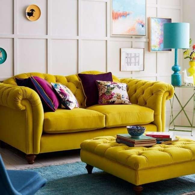 29. Sofá amarelo com almofadas roxas – Via: Cordillera Golf Homes