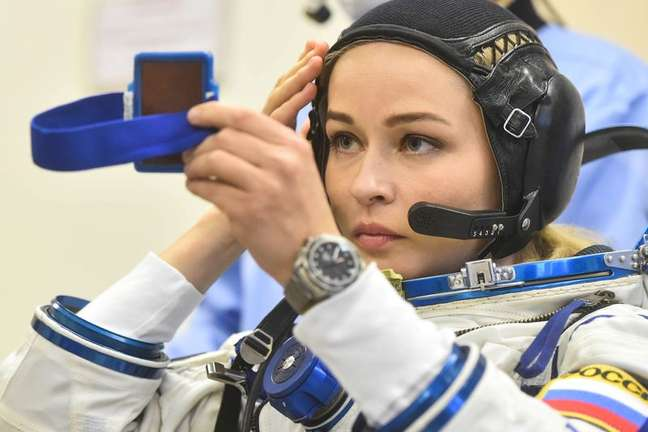 Atriz russa Yulia Peresild se arruma antes de decolagem para a Estação Espacial Internacional 05/10/2021 Andrey Shelepin/GCTC/Roscosmos/Divulgação via REUTERS