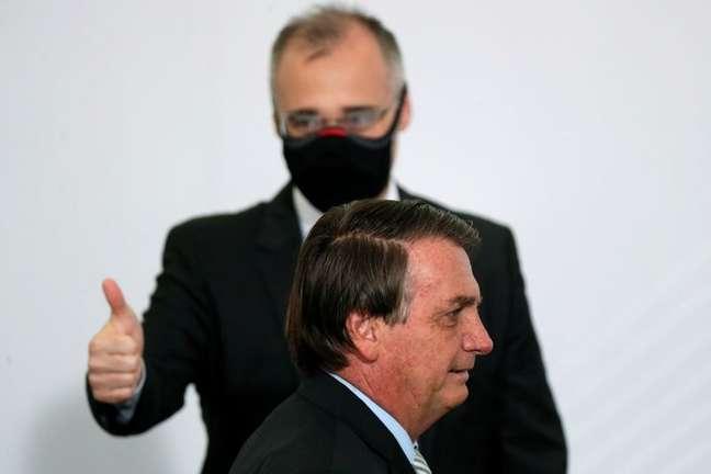 Presidente Jair Bolsonaro e então ministro da Justiça, André Mendonça, em evento no Palácio do Planalto 09/12/2020 REUTERS/Ueslei Marcelino