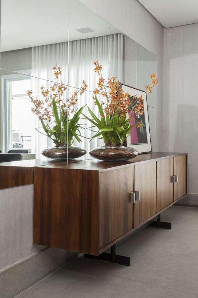 18. Decoração de sala de jantar com buffet e espelho de parede – Foto: A Gazeta
