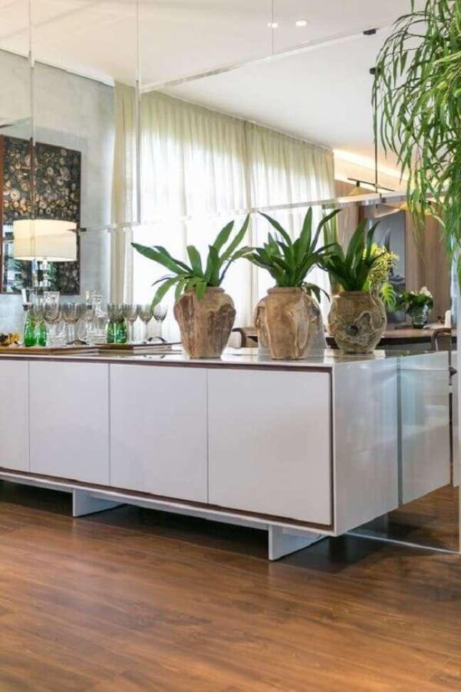 59. Vasos de plantas para decoração de sala de jantar com buffet e espelho de parede – Foto: Art Ville Móveis