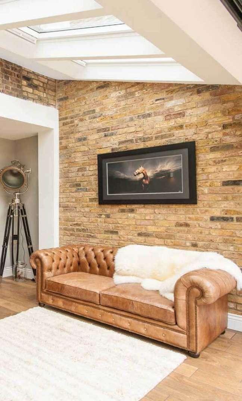 12. Sala rústica com sofá chesterfield couro – Via: Houzz – Emma Frost Designs
