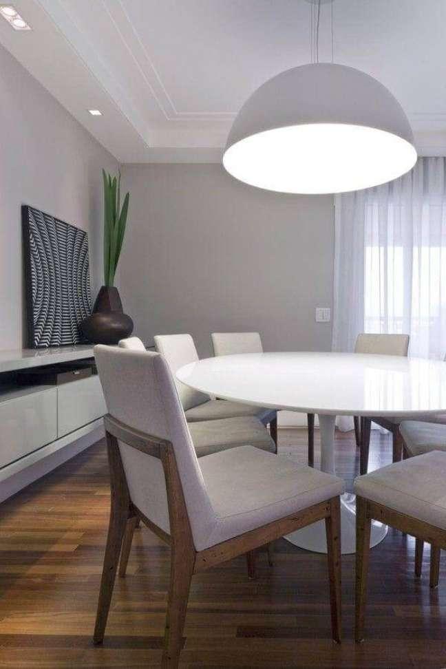 22. Decoração em tons de cinza com vaso moderno para sala de jantar com buffet – Foto: Kwarlet Arquitetura