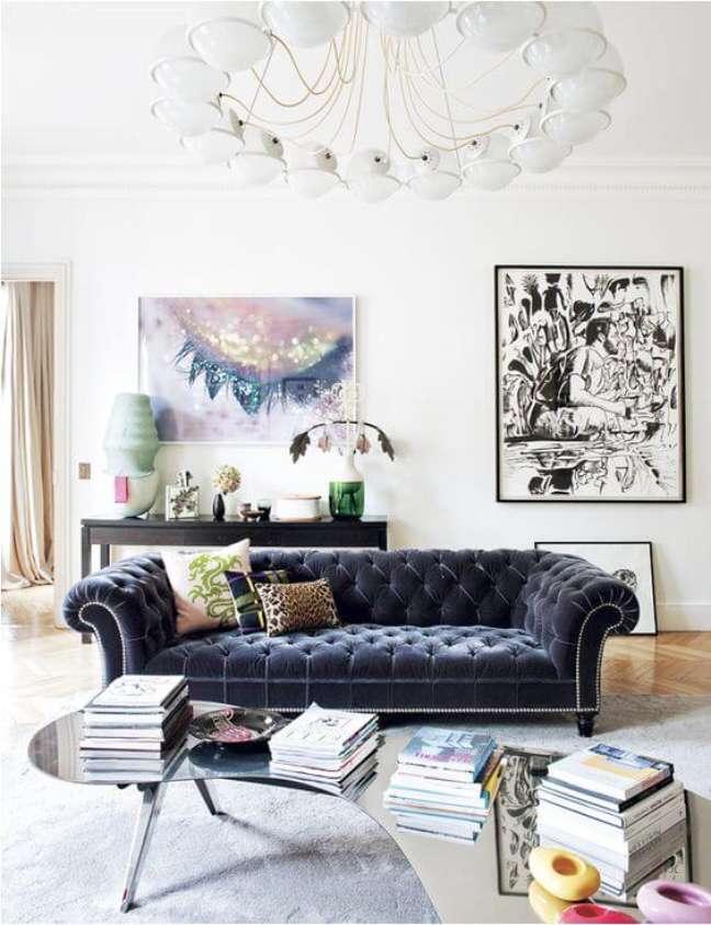 1. Sofá chesterfiel azul marinho na sala moderna – Via: Domaine Home