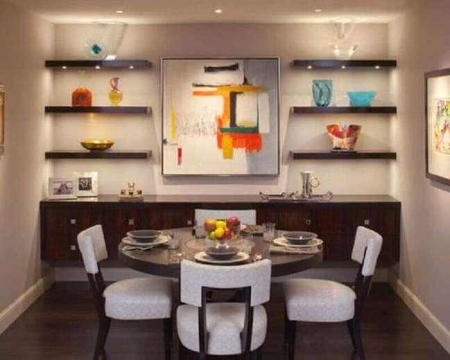 40. Mesa redonda para decoração de sala de jantar com buffet suspenso de madeira – Foto: Architecture Art Designs