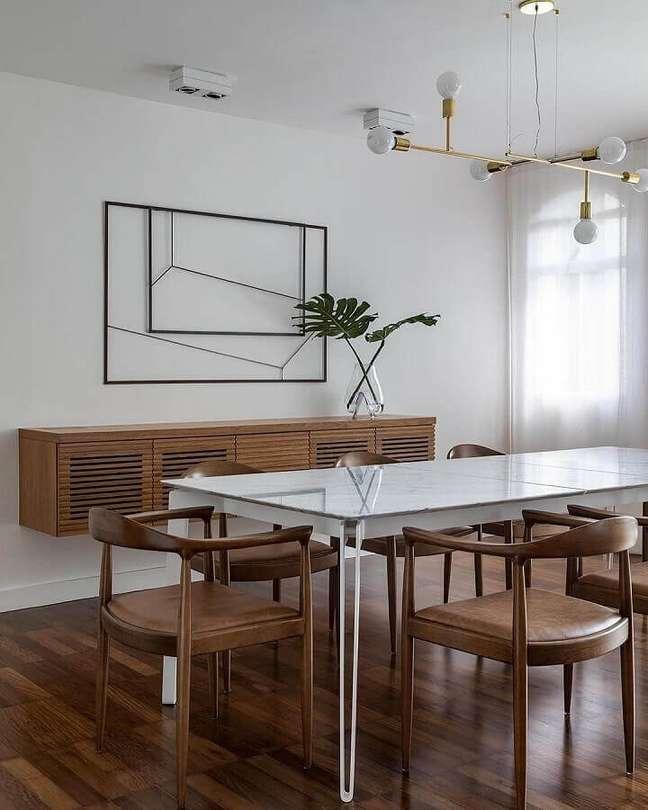 13. Decoração clean com lustre moderno para sala de jantar com buffet de madeira suspenso – Foto: Cristiana Bertolucci Estúdio