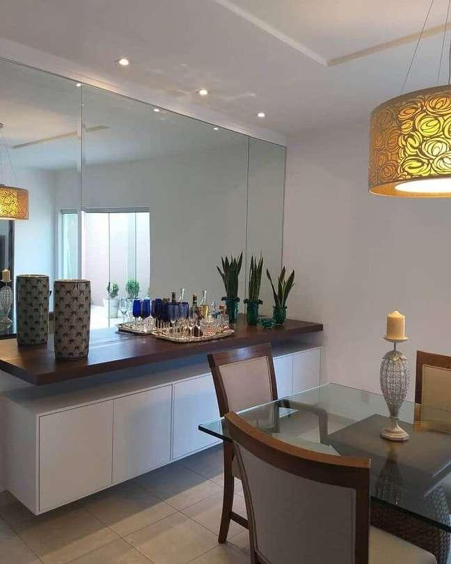 47. Parede espelhada para decoração de sala de jantar com buffet suspenso – Foto: Dicas Decor