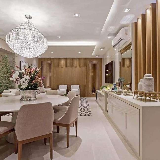 11. Cores neutras para decoração de sala de jantar com buffet e lustre de cristal – Foto: Total Construção