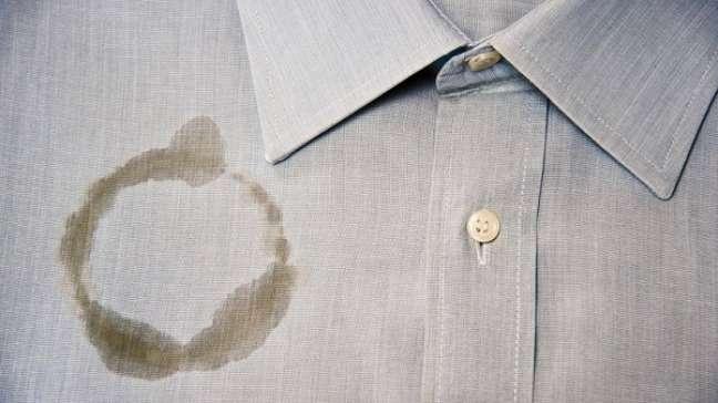 6- Veja Como tirar mancha de óleo da roupa com talco ou farinha é muito eficiente. Fonte: Faz Fácil