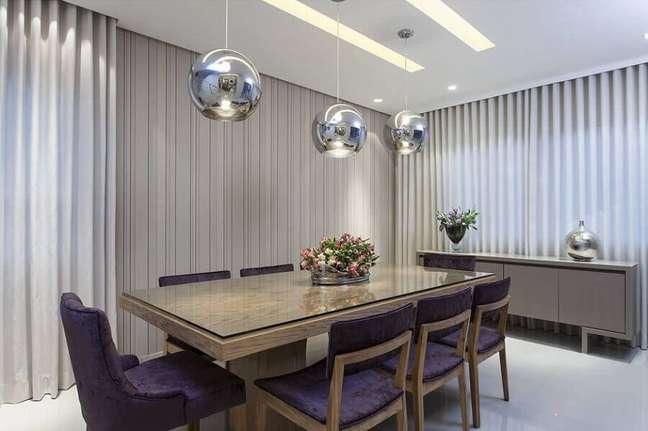 23. Decoração em tons de cinza para sala de jantar com buffet – Foto: Vanja Maia