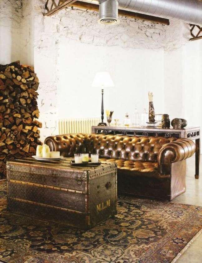 39. Sofá chesterfield couro na sala de estar – Via: Song of Style
